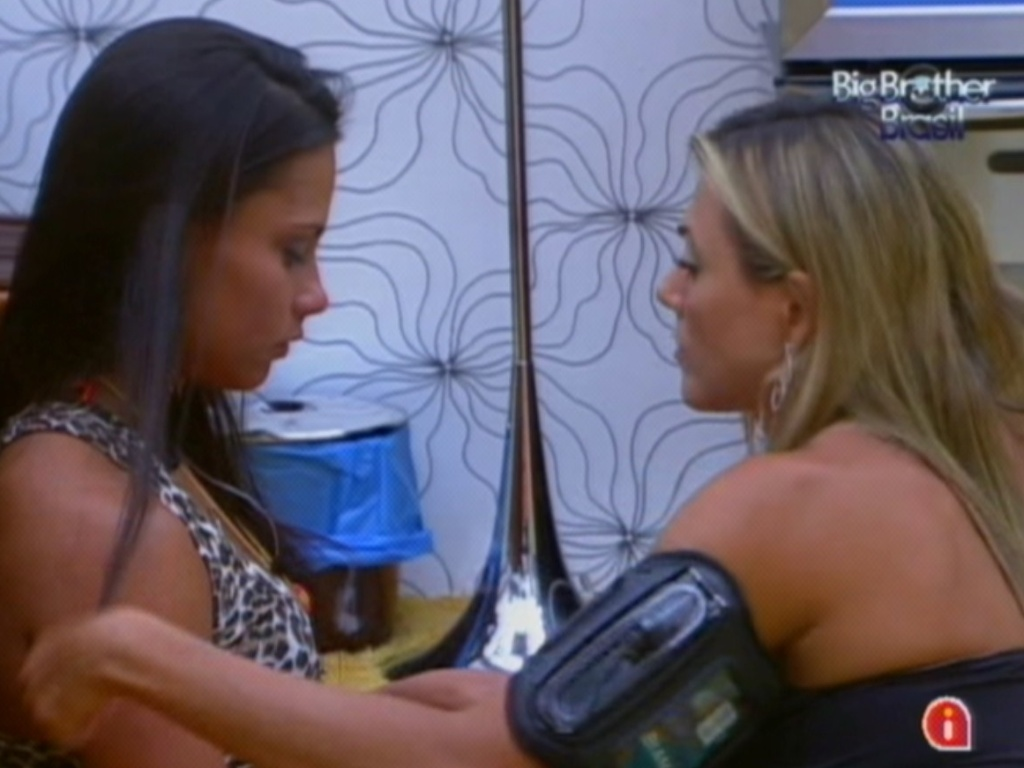 Kelly chora e depois conversa com Fabiana no quarto do líder (12/3/12)