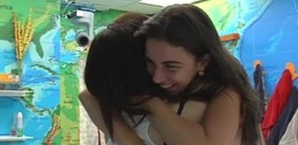 """Laisa abraça Marta e diz que não ficou amiga de nenhuma participante do """"BBB"""" como da hermana (13/3/12)"""