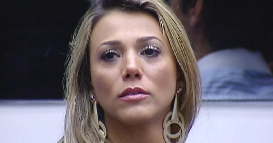 Questionada por Bial, Fabiana chora e diz que se arrepende de algumas atitudes que teve dentro da casa (13/3/12)