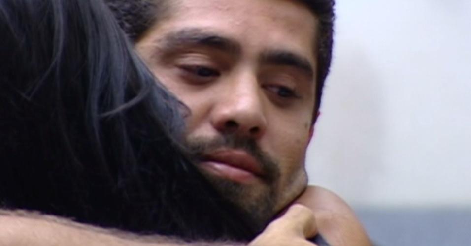 Yuri recebe o abraço de Kelly após ser eliminado com 51,23% dos votos