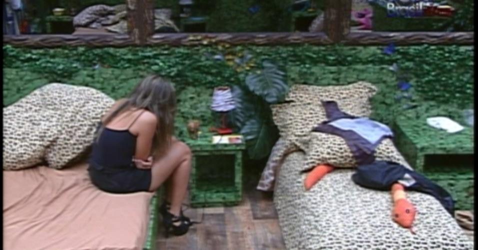 Após eliminação de Yuri, Monique chora sozinha no quarto selva (14/3/12)