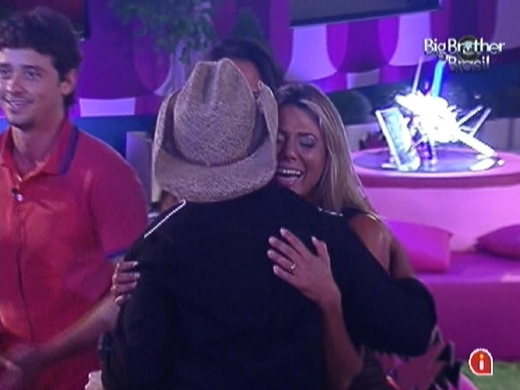 Fabiana chora ao abraçar Luciano durante show no