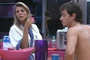 Fabiana e Fael conversam na cozinha enquanto esperam o almoço ficar pronto (14/3/12)
