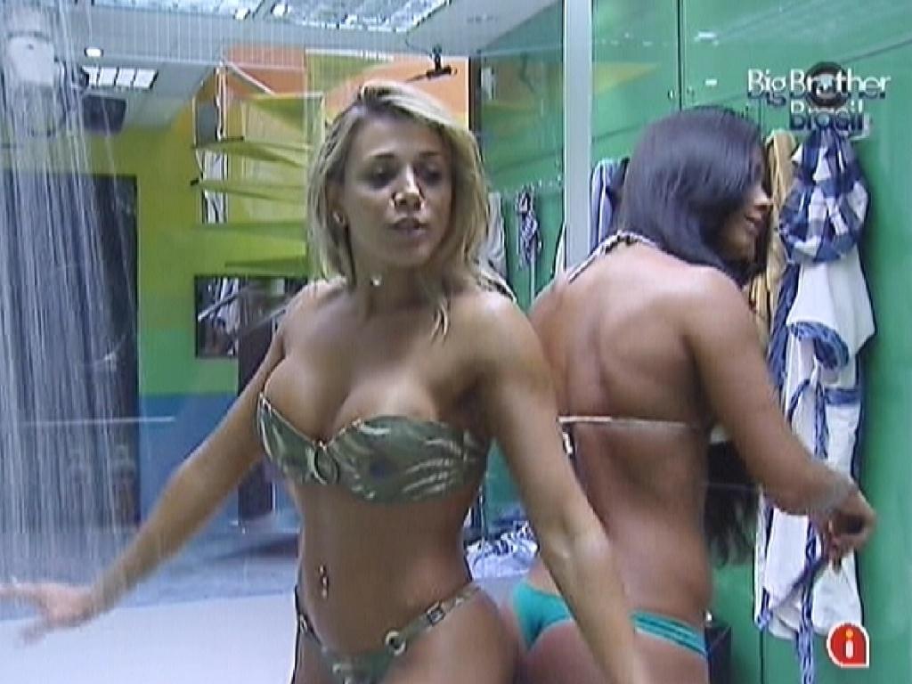 Fabiana (esq.) e Kelly (dir.) se preparam para tomar banho juntas (14/3/12)
