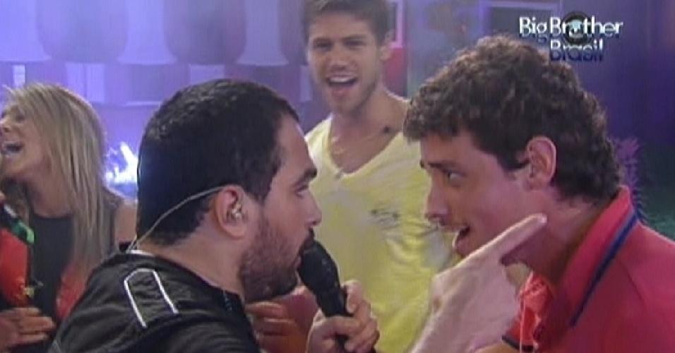 Fael (dir.) canta com Luciano, da dupla com Zezé Di Camargo (14/3/12)