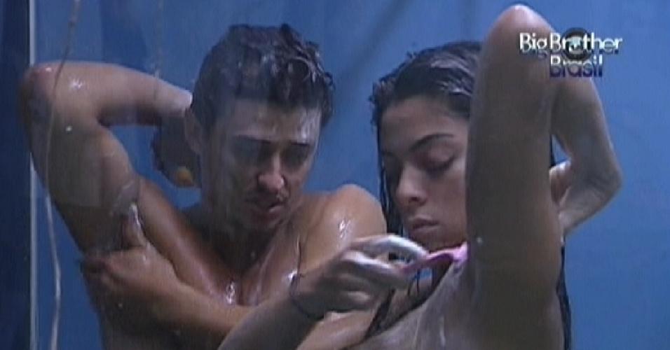 Fael e Monique tomam banho juntos no banheiro da Selva (14/3/12)