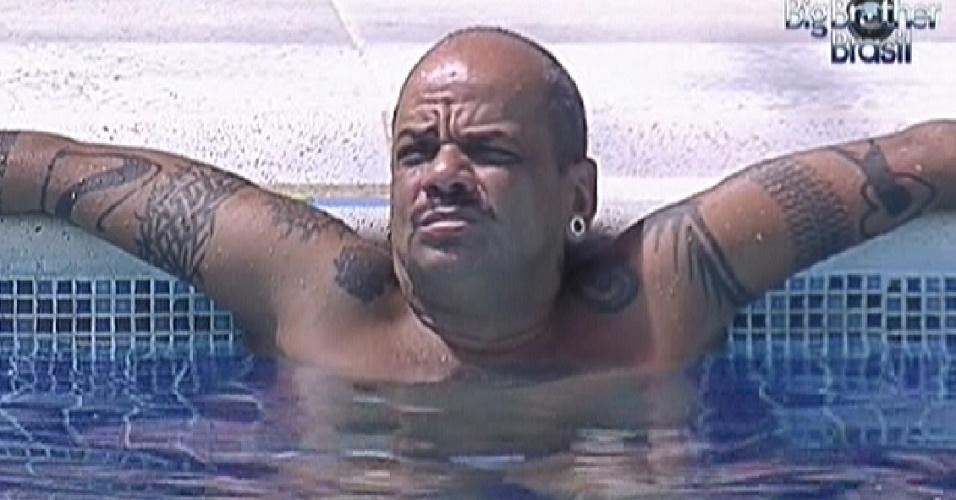 João Carvalho aproveita o dia ensolarado para aproveitar a piscina (14/3/12)