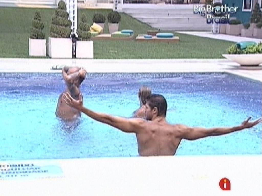Jonas (de costas) e João Carvalho e Fabiana (ao fundo) tomam banho de chuva na piscina (14/3/12)