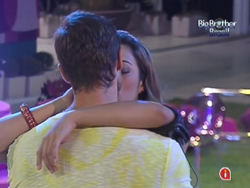Jonas e Monique se beijam durante show de Zeze Di Camargo e Luciano (14/3/12)