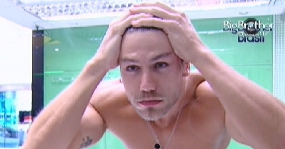 Jonas lava o rosto na manhã desta quarta-feira (14/3/12)