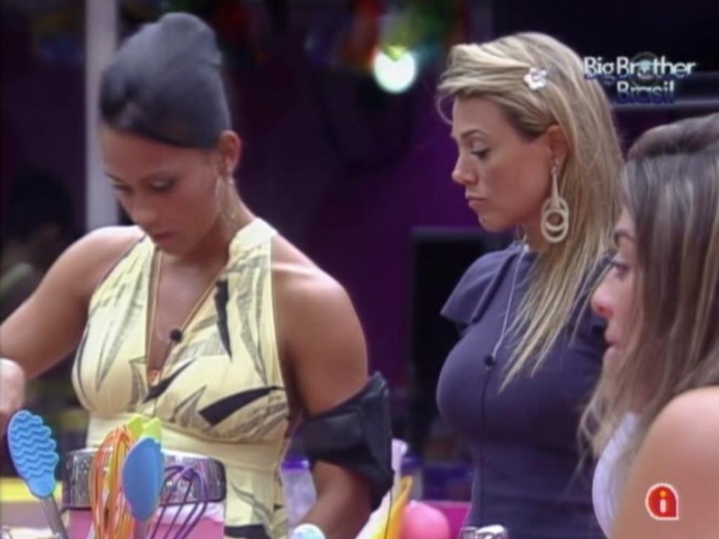 Kelly e Fabiana cozinham após eliminação de Yuri (14/3/12)
