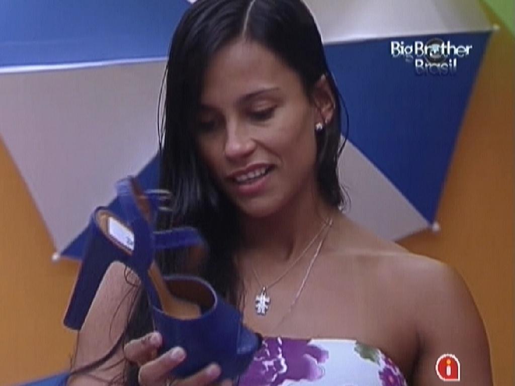 Kelly olha para o sapato mandado pela produção para a festa desta quarta-feira (14/3/12)