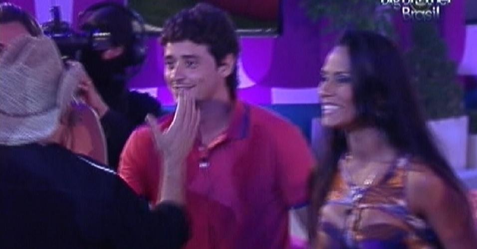 Luciano (de costas) cumprimenta Fael durante festa do
