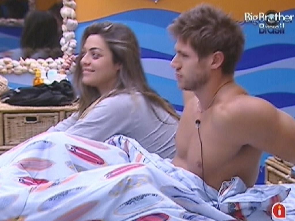 Monique e Jonas acordam depois de dormirem juntos no quarto Praia (14/3/12)