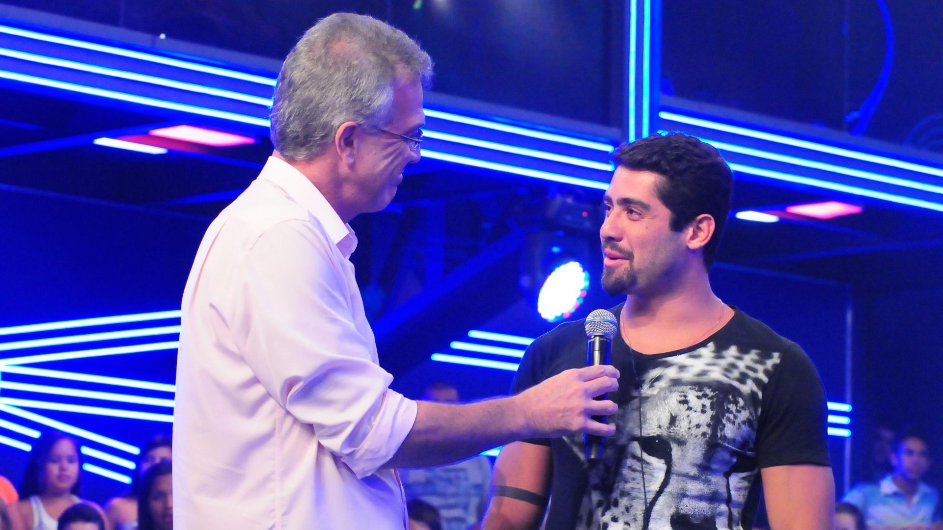 Yuri é recebido pelo apresentador Pedro Bial do lado de fora do confinamento (13/3/12)