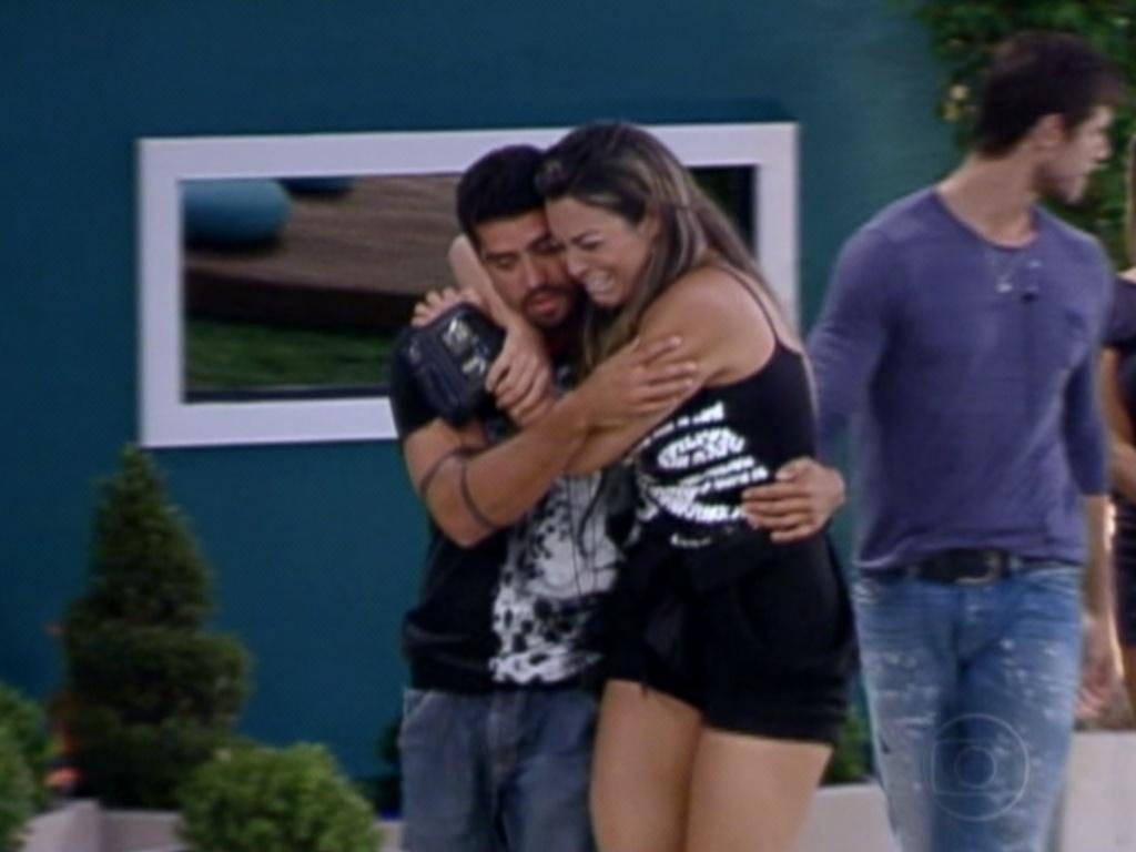 Yuri (esq.) recebe abraço de Monique, que chora muito com a eliminação do amigo da Selva (13/3/12)