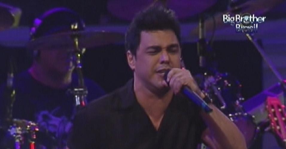 Zezé Di Camargo canta com o irmão Luciano em festa do