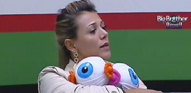 Fabiana chora abraçada aos bonecos enviados pela produção (15/3/12)