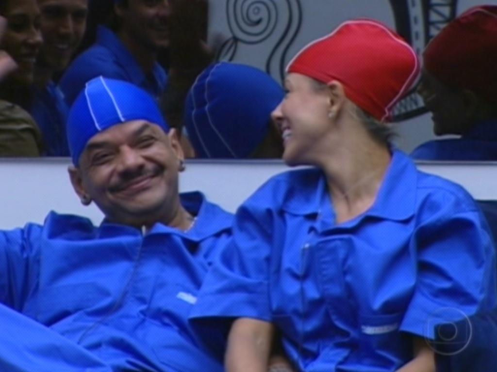 Fabiana e João Carvalho vestem as roupas da prova do líder (15/3/12)