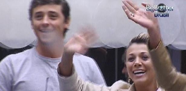 "Fael e Fabiana acenam para Laisa no ""Gran Hermano"" (15/3/12)"