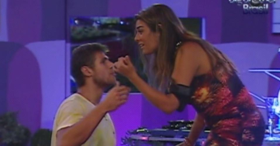 Jonas e Monique discutem durante a festa (15/3/12)