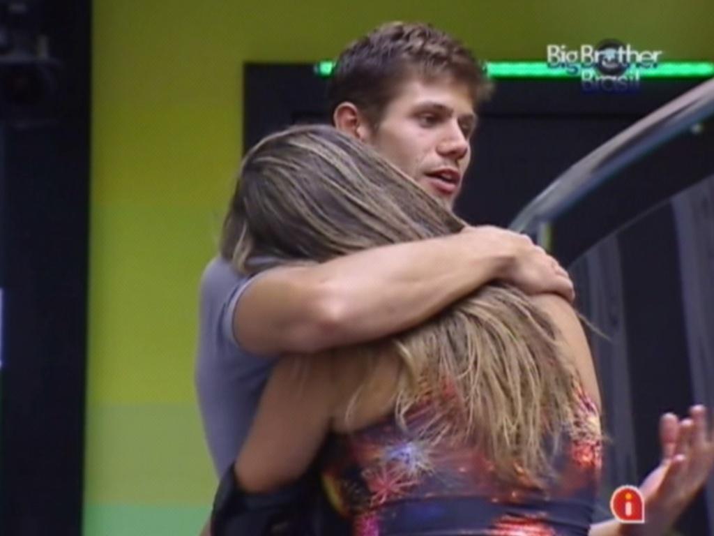Jonas e Monique se abraçam após briga (15/3/12)