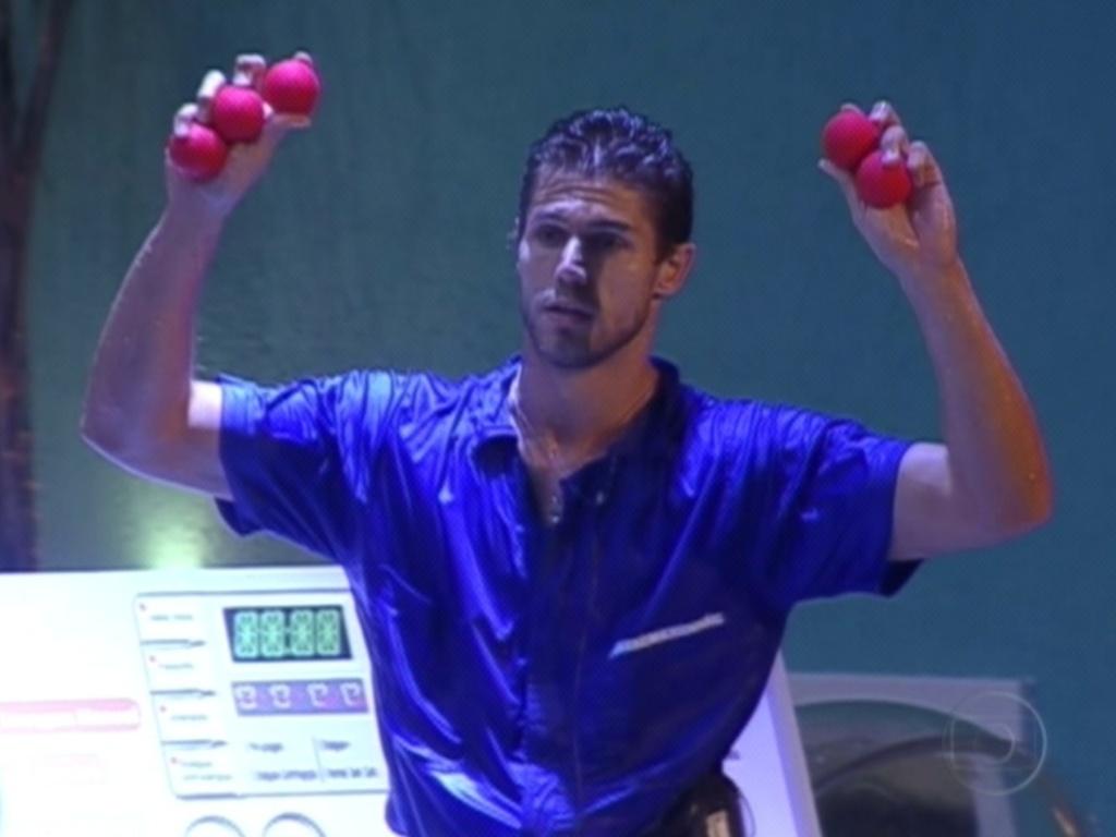 Jonas é o último a mostrar quantas bolinhas conseguiu pegar (15/3/12)