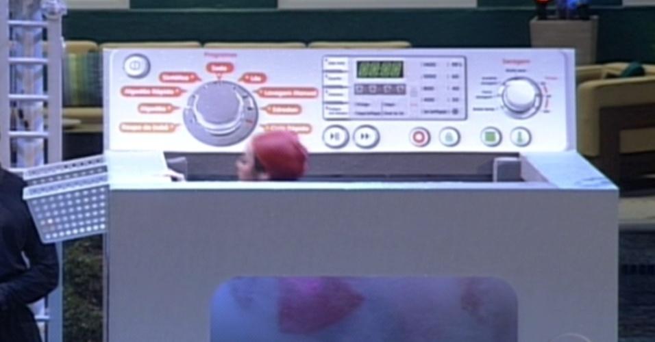 Monique durante mergulho na máquina de lavar (15/3/12)
