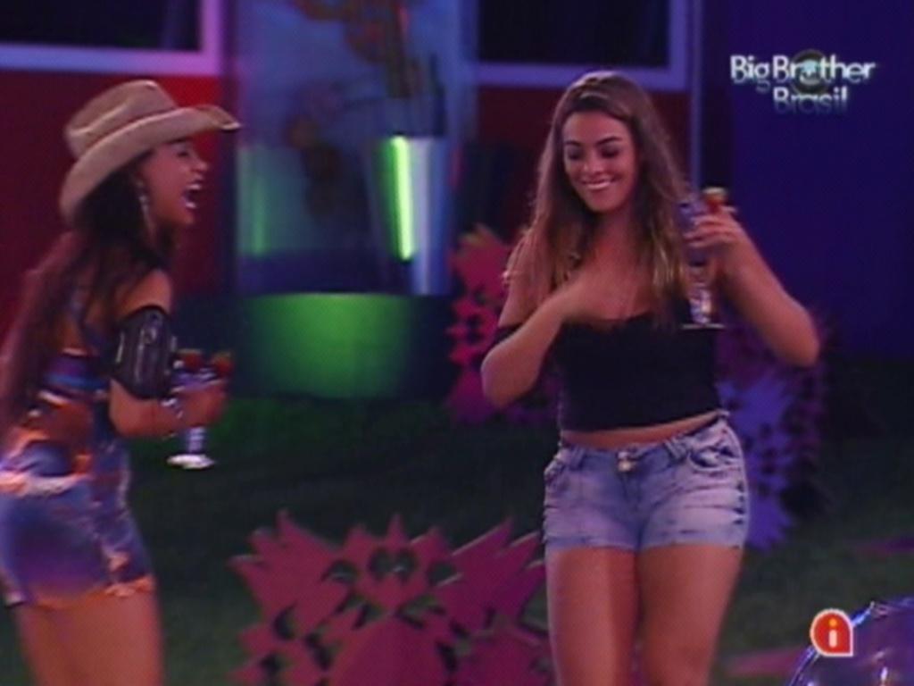 Monique e Kelly tentam conversar em inglês durante a festa (15/3/12)