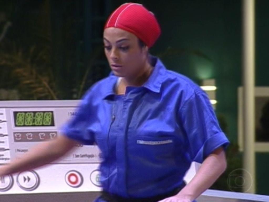 Monique entra na máquina de lavar (15/3/12)