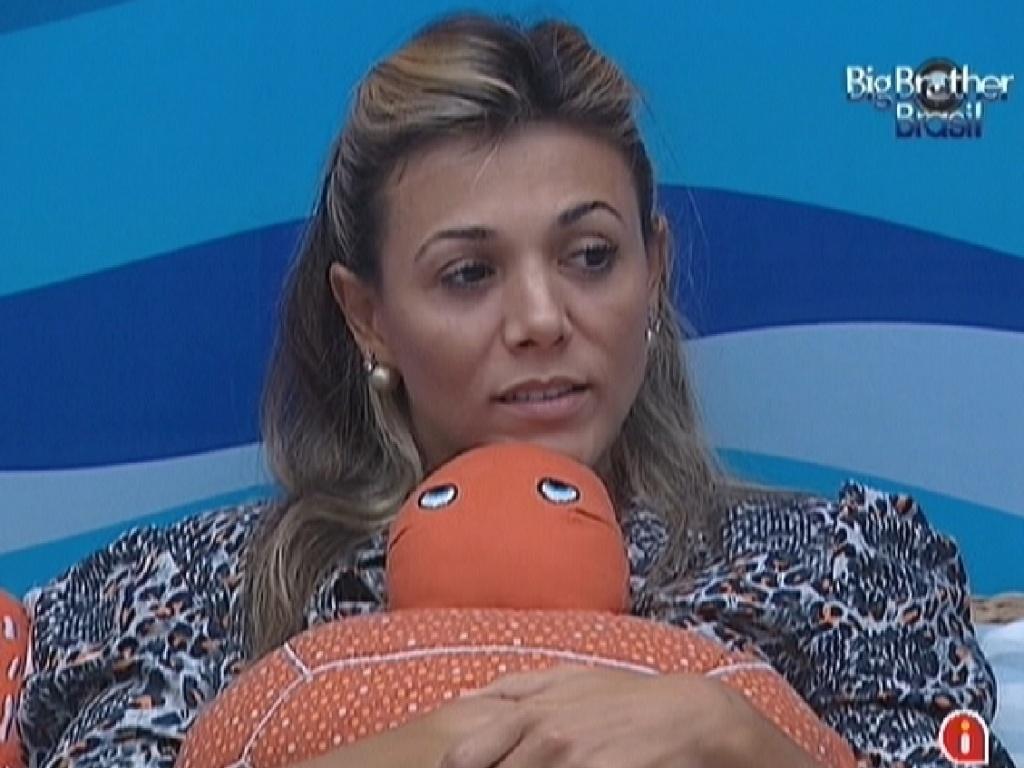 Fabiana abraça a tartaruga de decoração do quarto Praia (16/3/12)