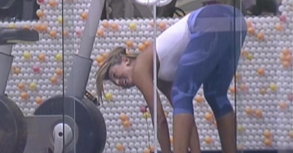 Fabiana se alonga antes de malhar na academia (16/3/12)
