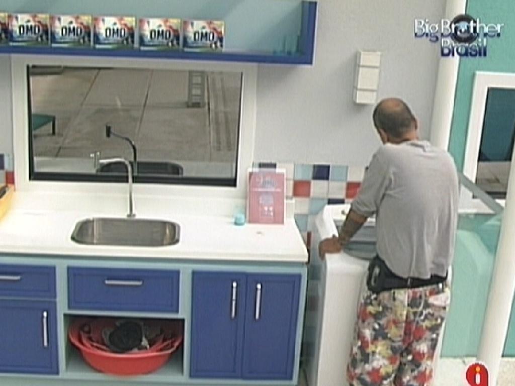 João Carvalho lava roupas assim que acorda (16/3/12)