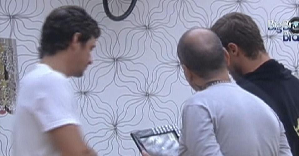 Jonas mostra fotos da família para Fael e João Carvalho (16/3/12)