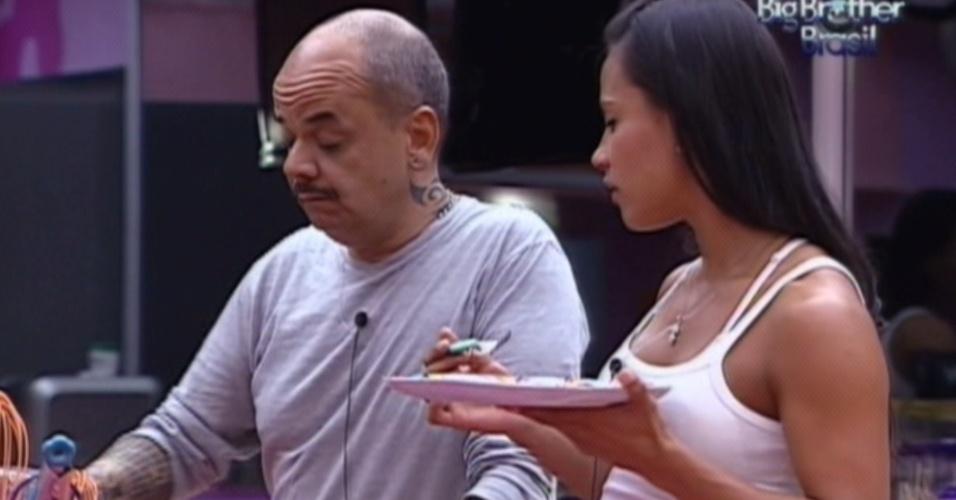 Kelly e João Carvalho conversam na cozinha após prova do líder (16/3/12)