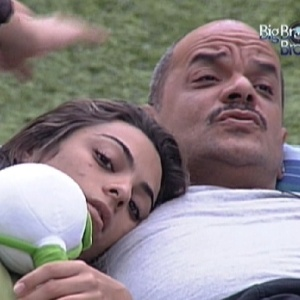 Monique e João Carvalho conversam deitados no futon na tarde desta sexta-feira (16)