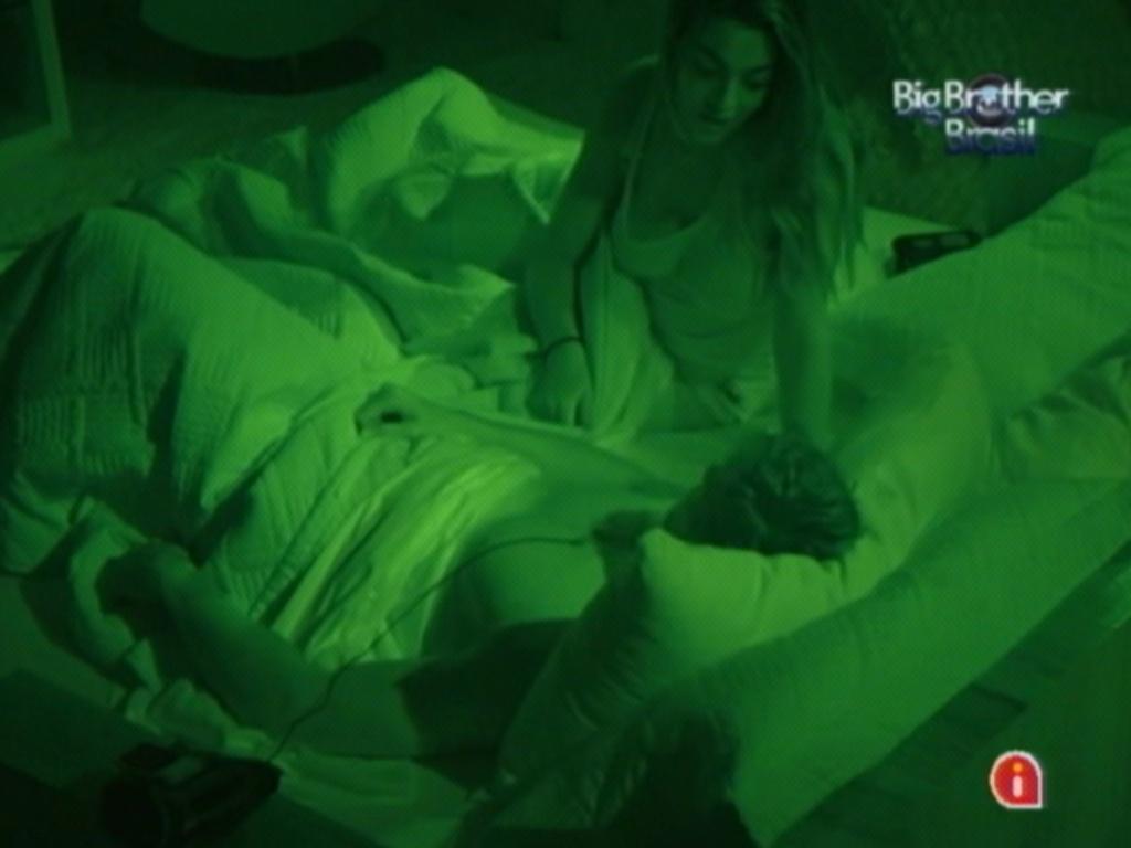 Monique e Jonas conversam antes de dormir (16/3/12)