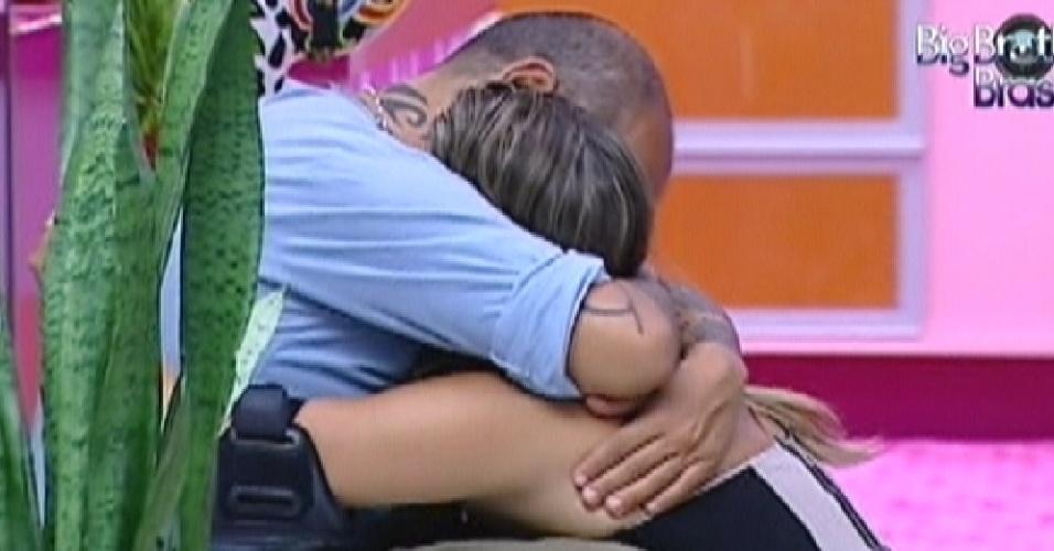 Emparedados, Monique e João Carvalho se abraçam (17/3/12)