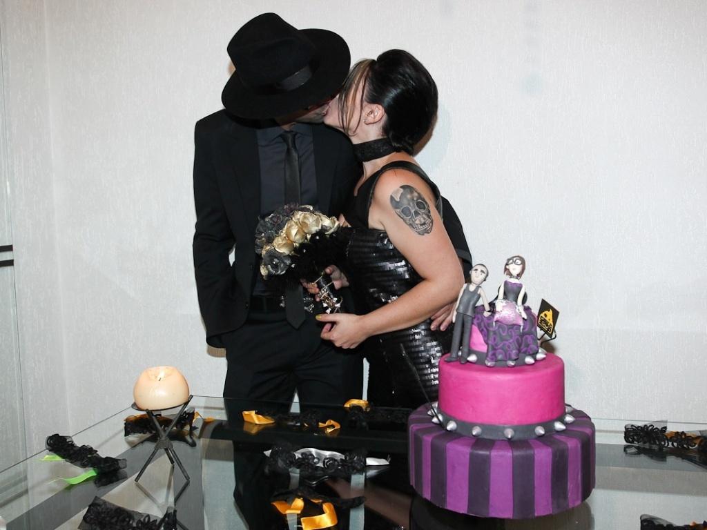 Ex-BBB Mayara beija o noivo Ruy em sua festa de casamento, em São Paulo (17/3/12)