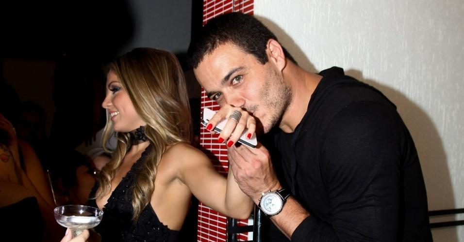 Ex-BBB Rafa beija mão de Renata na festa de casamento de Mayara, em São Paulo (17/3/12)