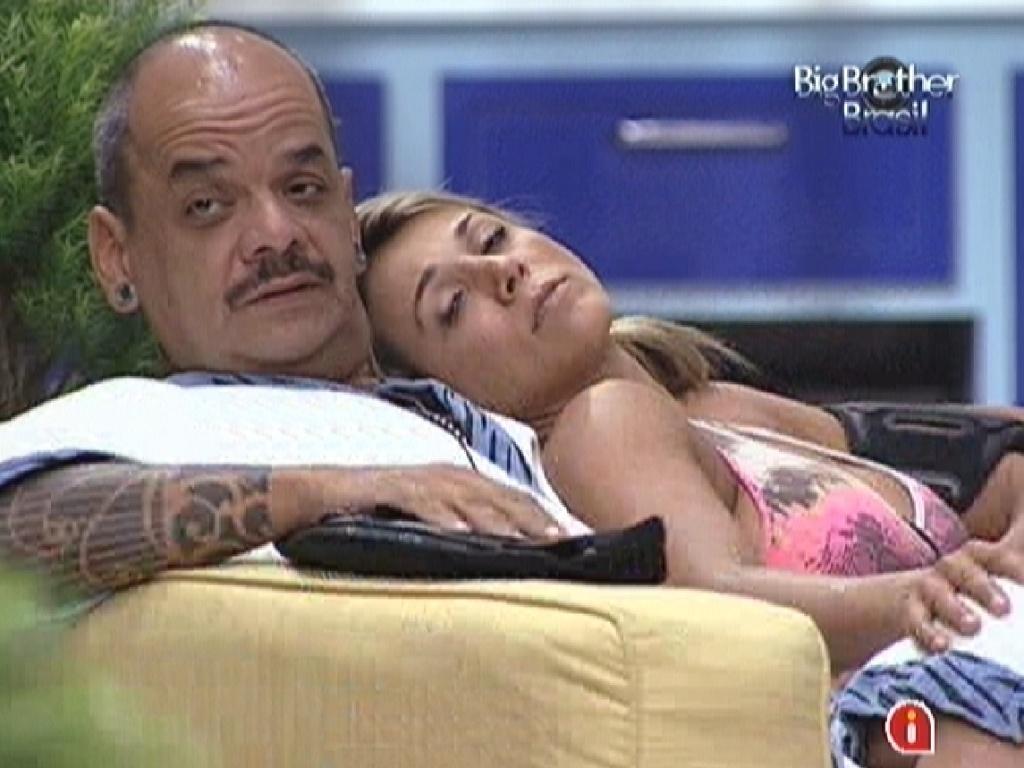 Fabiana descansa encostada em João Carvalho (17/3/12)