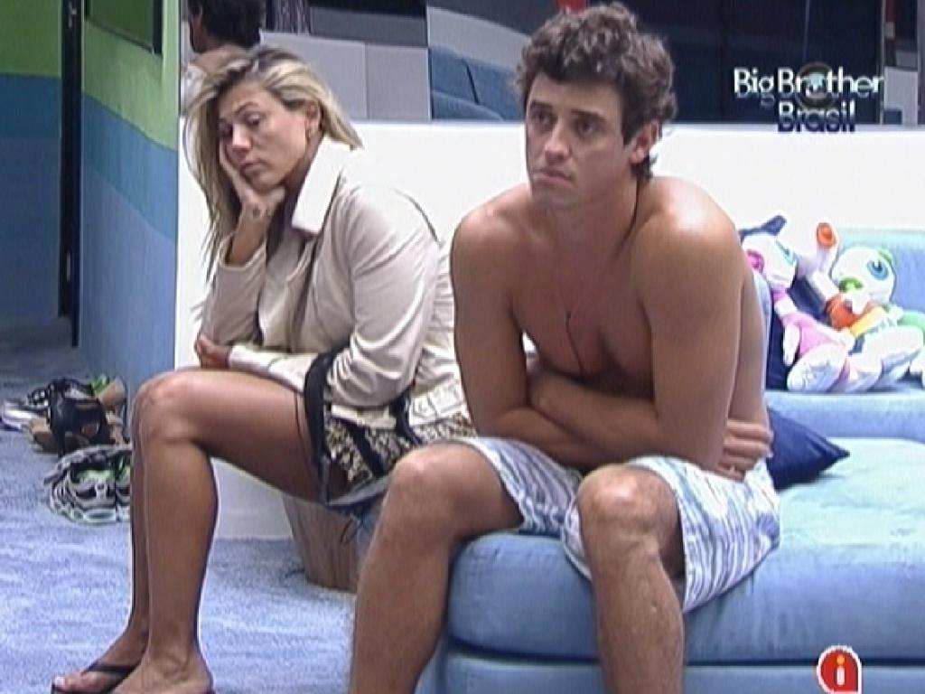Fabiana e Fael esperam na sala ao acordar (17/3/12)