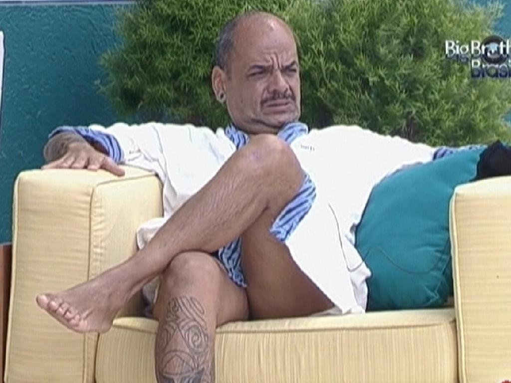 João Carvalho fica pensativo na área externa (17/3/12)