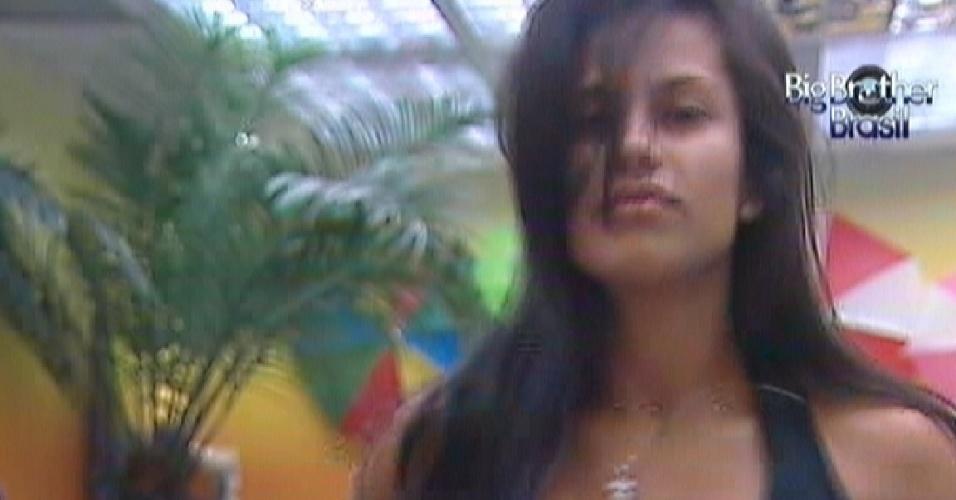 Kelly dança ao acordar no quarto Praia (17/3/12)