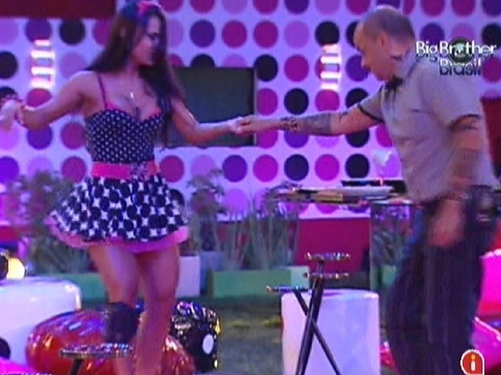 Kelly e João Carvalho dançam no começo da festa Estúpido Cúpido (17/3/12)