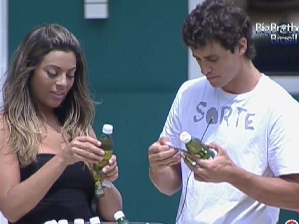 Monique e Fael olham fotos nos rótulos dos refrigerantes (17/3/12)