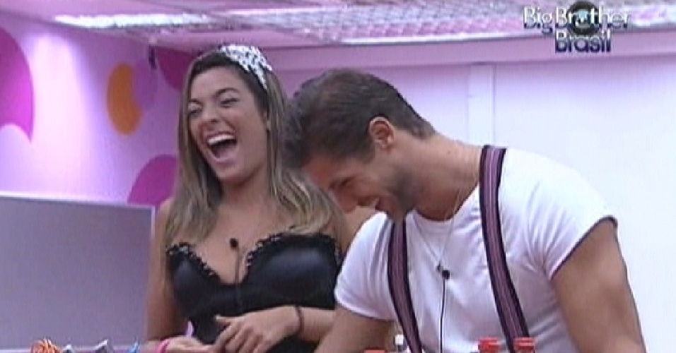 Monique e Jonas se divertem falando sobre posições sexuais com Noemí (17/3/12)