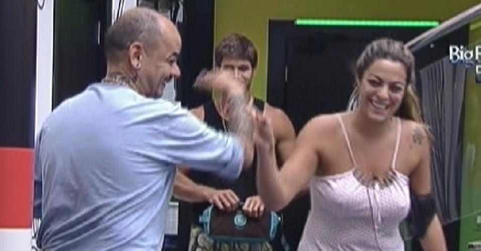 Monique faz piada e ri com João Carvalho (17/3/12)