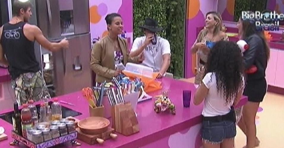 Noemi come com os brothers na cozinha (17/3/12)