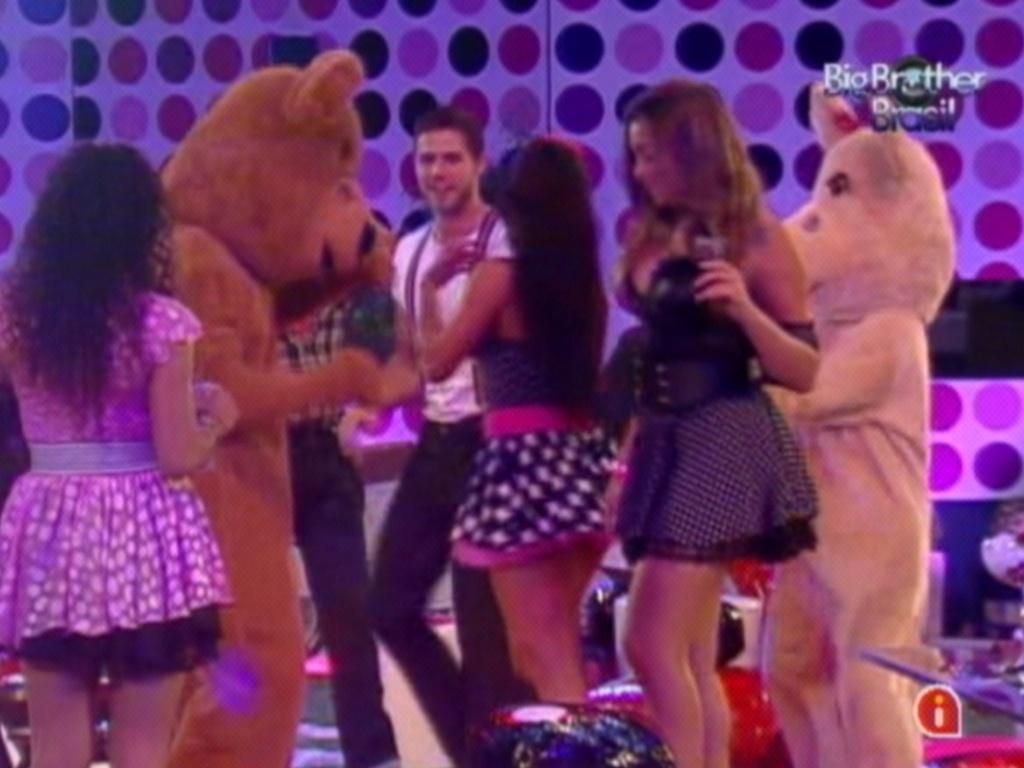 Brothers dançam com o casal de ursos na festa Estúpido Cupido (17/3/12)